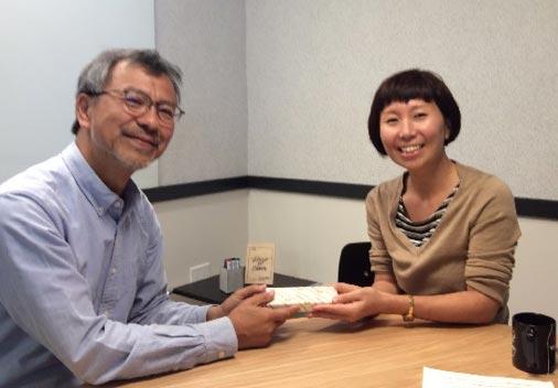 左:上村岩手連大農学研究科長 右:連大修了生 及川愛さん